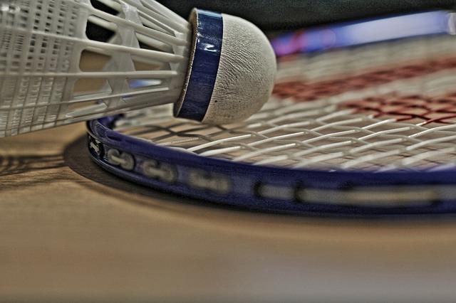 raketa a košík na badminton