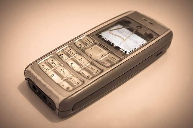 rozbitý starý telefon