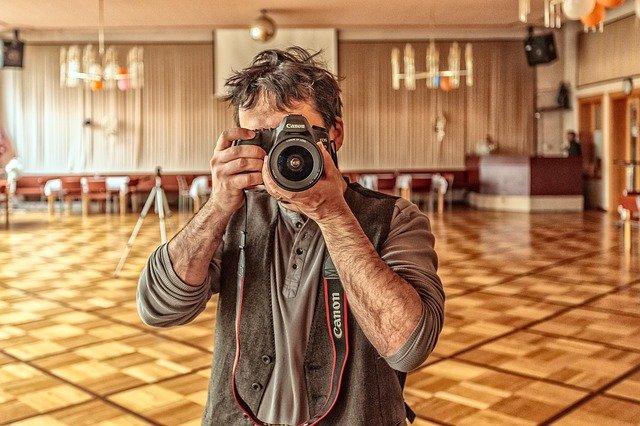 fotograf se zrcadlovkou