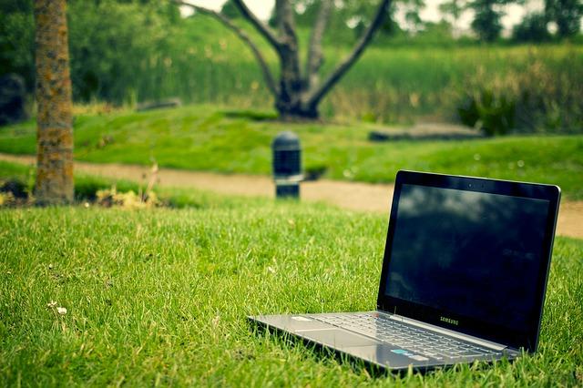 laptop v trávě