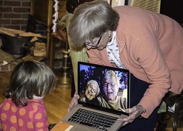babička s vnučkou u pc