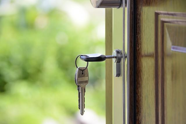 klíče v zámku