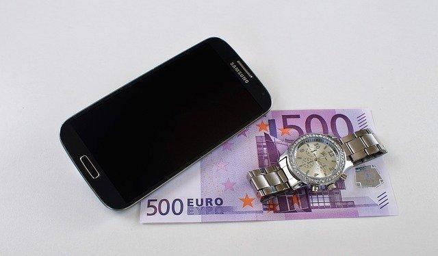 mobil, peníze a hodinky