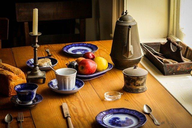 prostřený stůl v rustikálním stylu