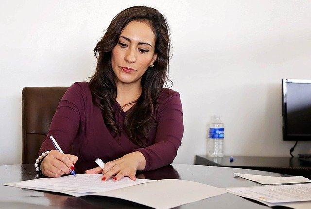 žena s listinami