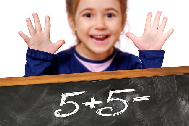 školačka při počítání