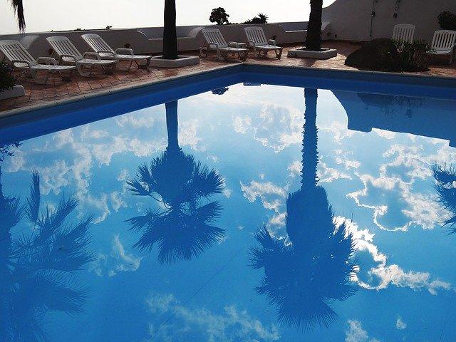 Zušlechtit bazénovou vodu mořskou solí se vyplatí