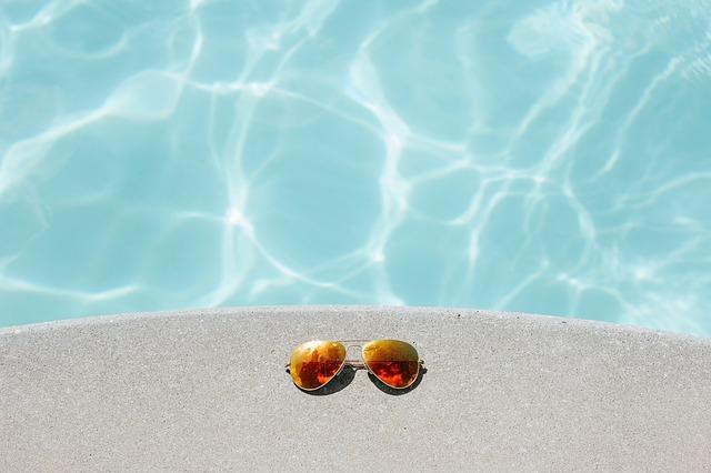 sluneční brýle vedle bazénu