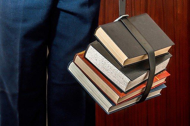 knihy s páskem