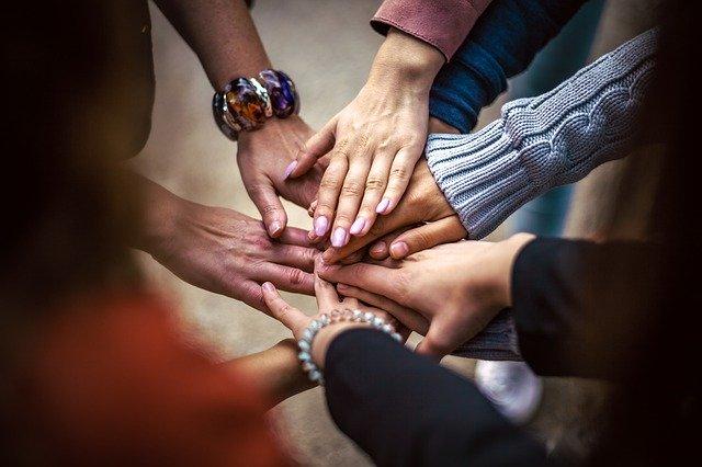 skupina lidských rukou.jpg
