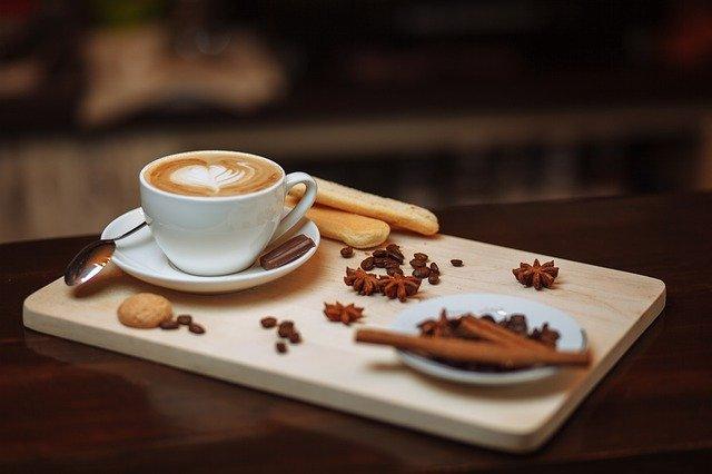 káva s dekoracemi
