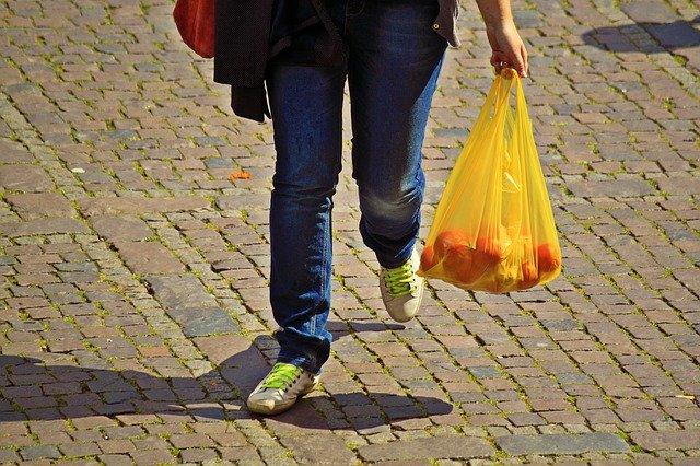 člověk s igelitovou taškou